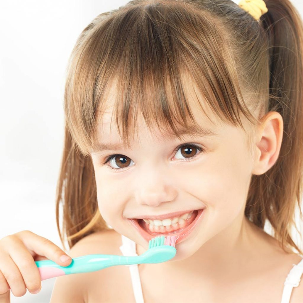 Le regole per insegnargli a lavarsi i denti senza problemi